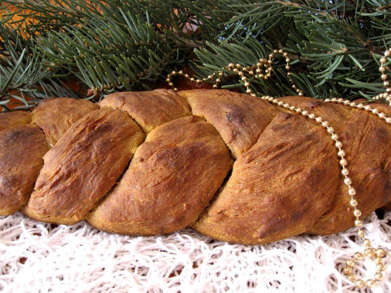 chleb na zakwasie z puree z daktyli i prażonymi migdałami