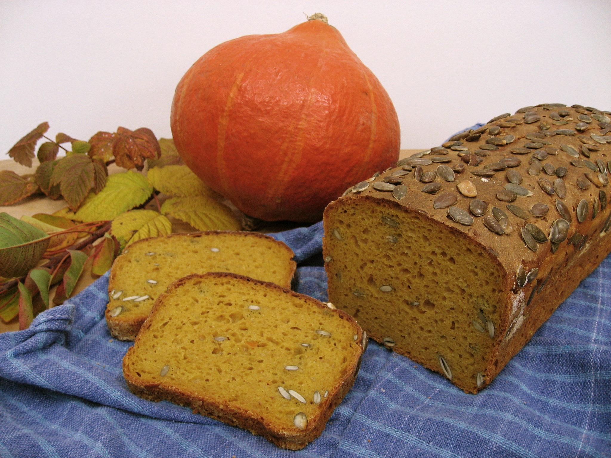 Pokrojony chleb żytni z dynią i jesienne liście