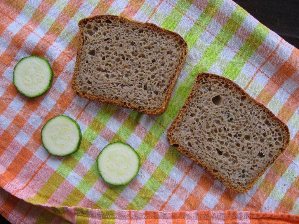 Kromki chleba orkiszowego z cukinią