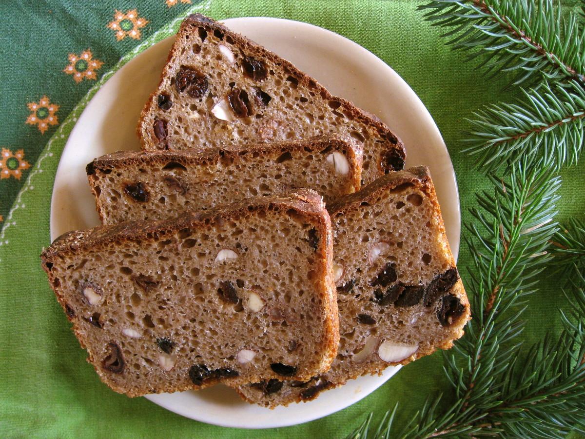 Kromki chleba żytniego z piwem i bakaliami