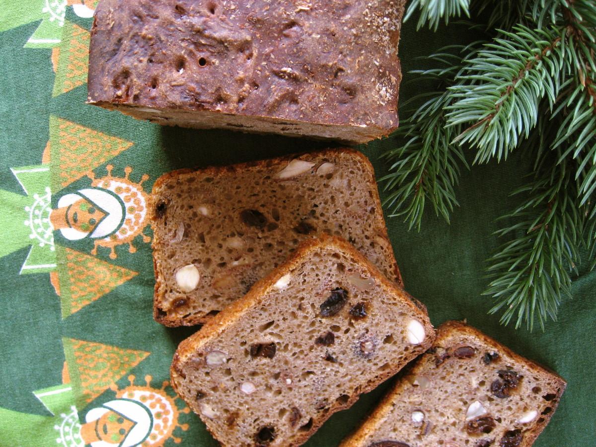 Pokrojony chleb z orzechami, migdałami i suszonymi owocami