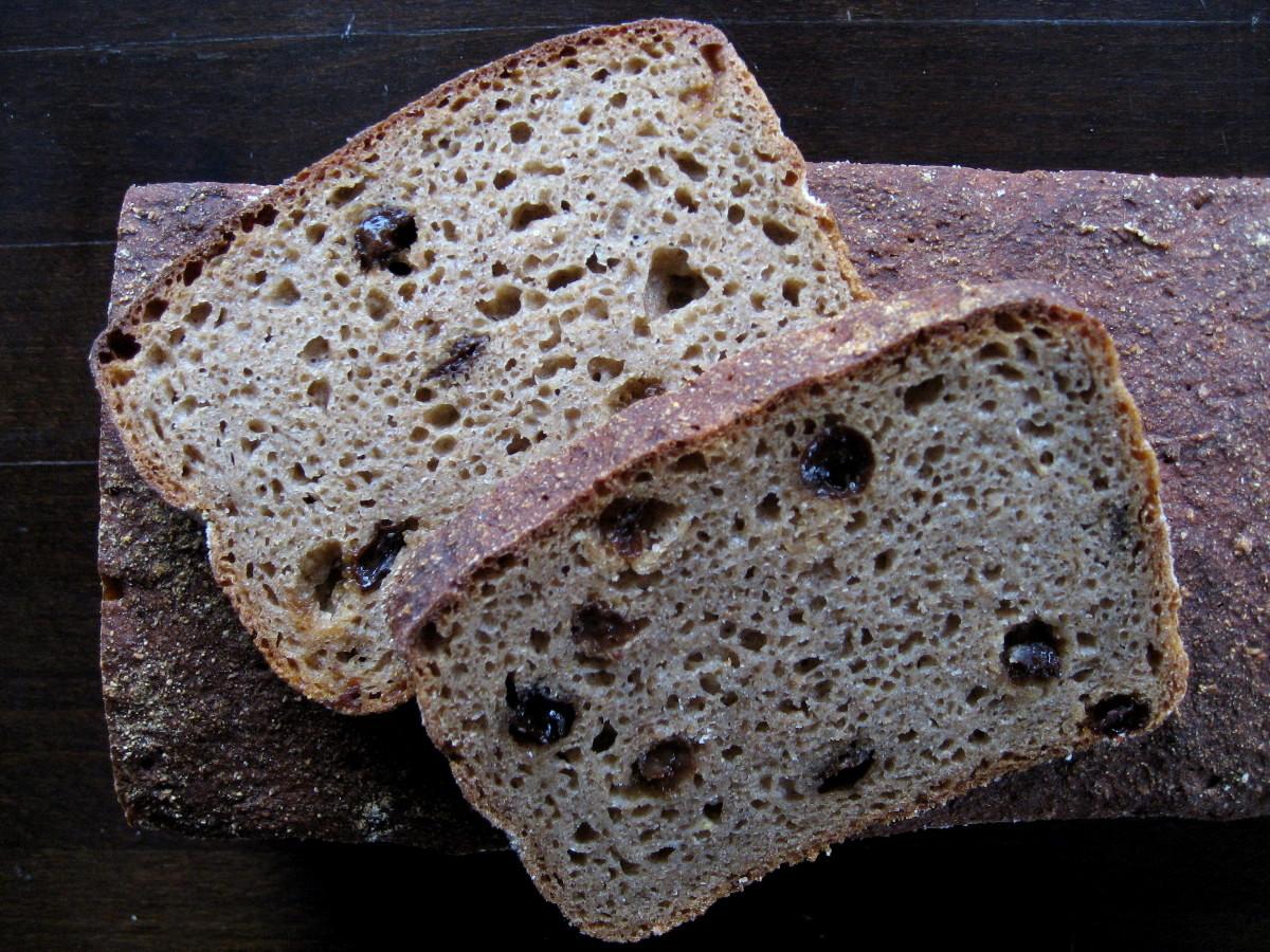 Chleb żytni razowy 100% z dodatkiem rodzynek